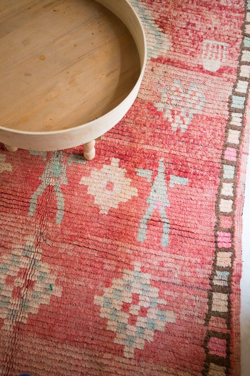 OUIVE Vintage Moroccan Boujad Rug #rug #carpet #moroccanrug #cozyrugs #fadedrugs #uniquerugs #wabisabi #wabisabirugs #berberrugs #bohemianhome #bohohome #bohorugs #bohocarpets #moroccanmodern #moroccandecor #decor #livingroomrug #bohemianmodern #popofcolor #bedroomrug #diningroomrug #longrug #longarearugs #pinkrug