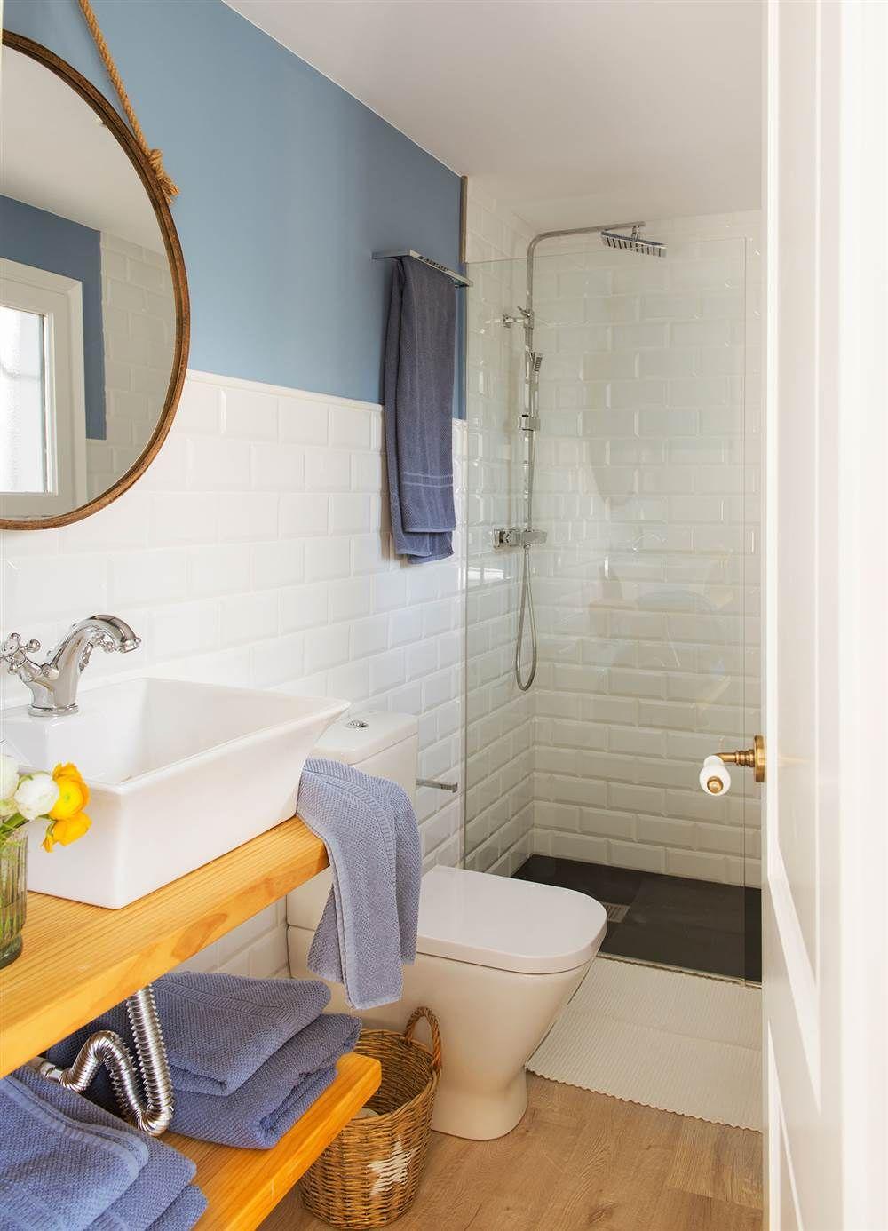 Ba O Con Paredes Alicatadas A Media Altura Y Pintadas En Azul Con  ~ Cuanto Cuesta Reformar Un Baño Pequeño