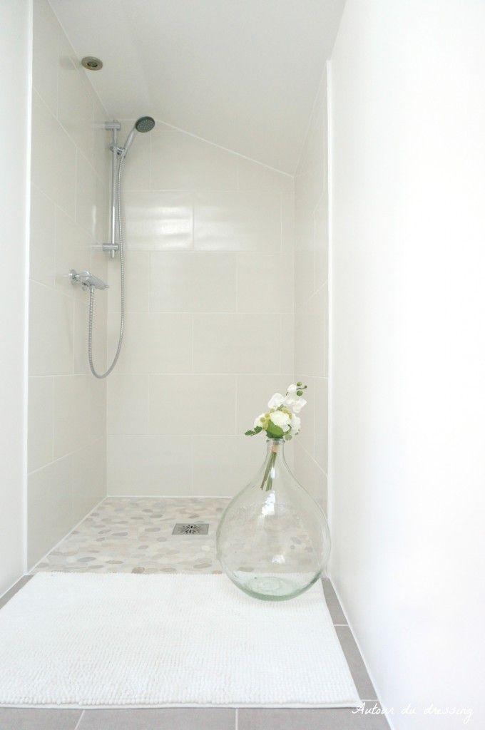 Douche italienne blanc beige galet idee douche id e - Faience salle de bain blanche ...