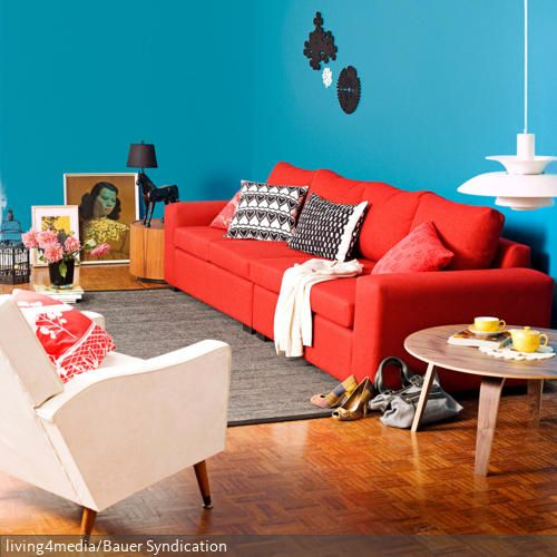 color blocking sorgt f r eine farbexplosion im wohnzimmer das rote sofa vor der blauen wand. Black Bedroom Furniture Sets. Home Design Ideas