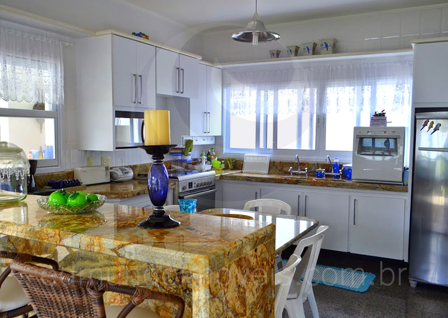 Aparador Buffete Zaiken Plus ~ A cozinha americana possui um aparador em mármore com prolongamento para uma mesa de copa, o