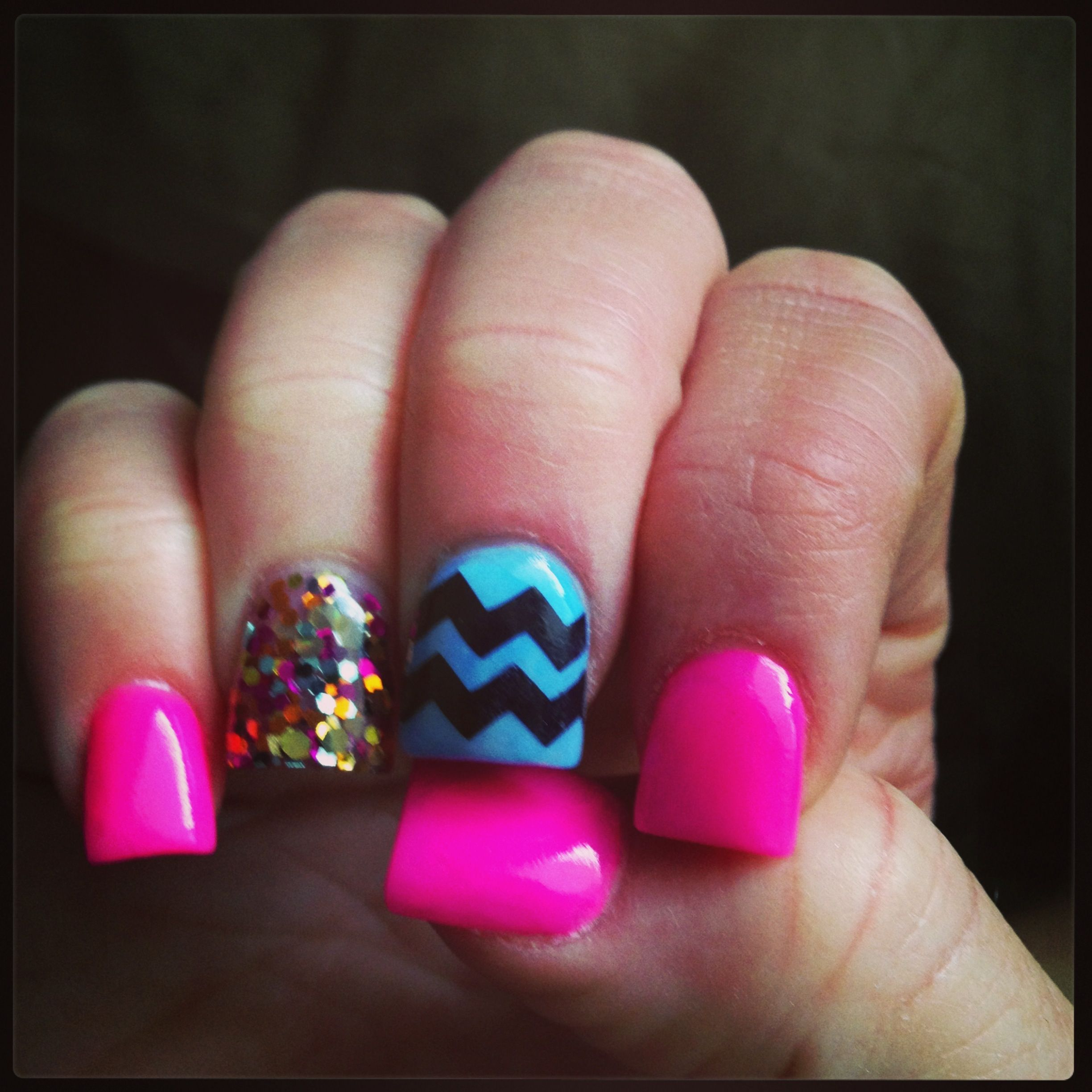 Chevron Acrylic Glitter Nails. I like this without the middle finger ...