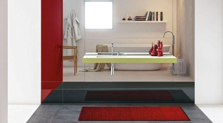 Come arredare un bagno mobile colore giallo con lavandino