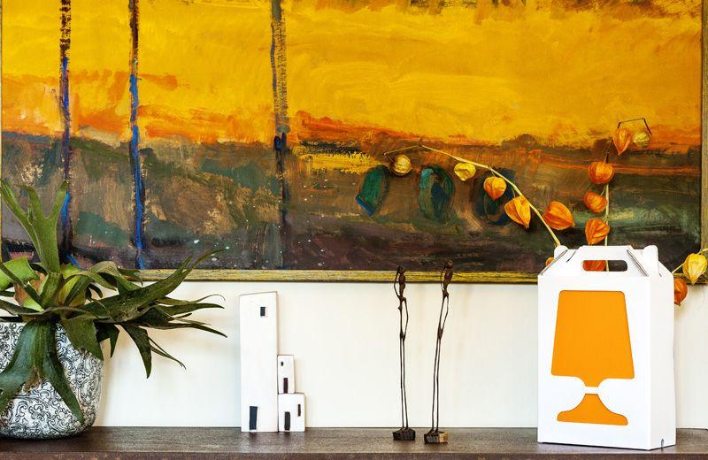 Een draagbare tafellamp (met schakelaar) van karton. Zeer mooi en betaalbaar design! Geniaal in zijn eenvoud!  Verkrijgbaar in meerdere kleuren/uitvoeringen.