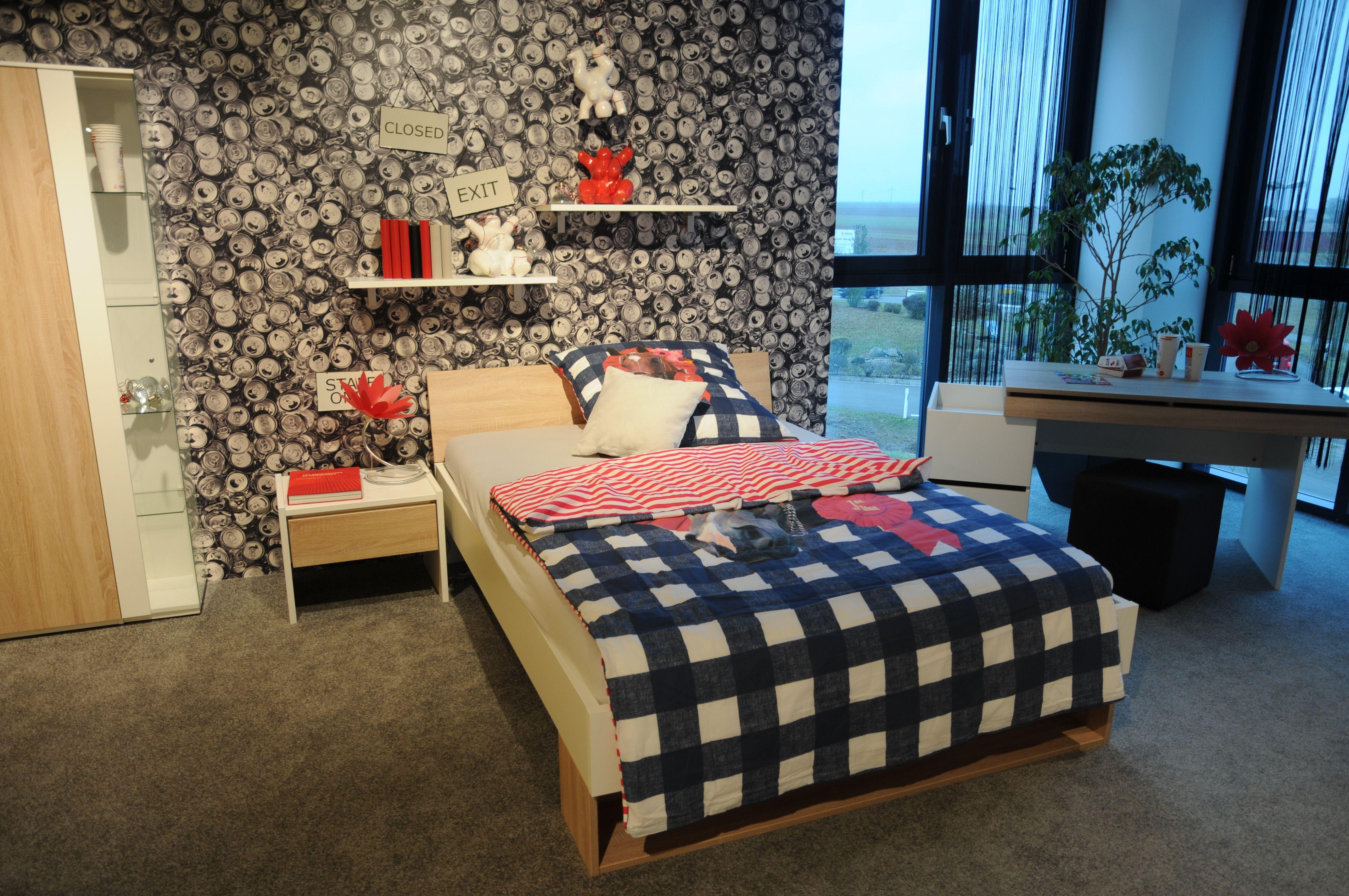 Jugendzimmer Modern In Den Farben Rot Und Blau Dekoriert Mit Ein