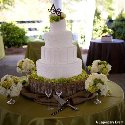 love love love the base under the cake and the flowers!!