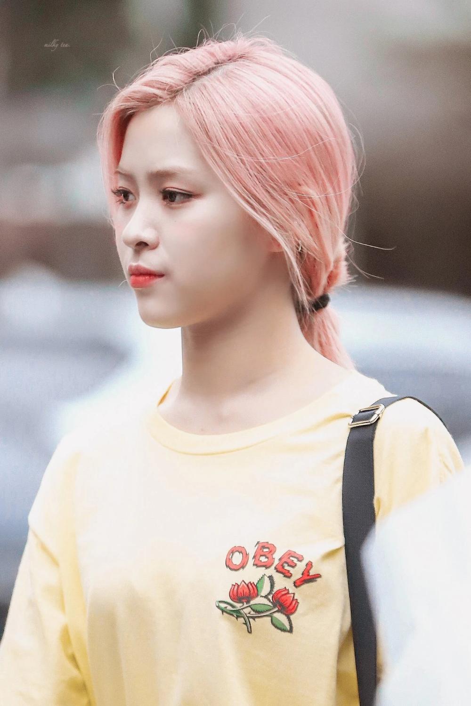 Itzy S Ryujin Wearing An Obey Top Pink Hair Kpop Girls Celebrities