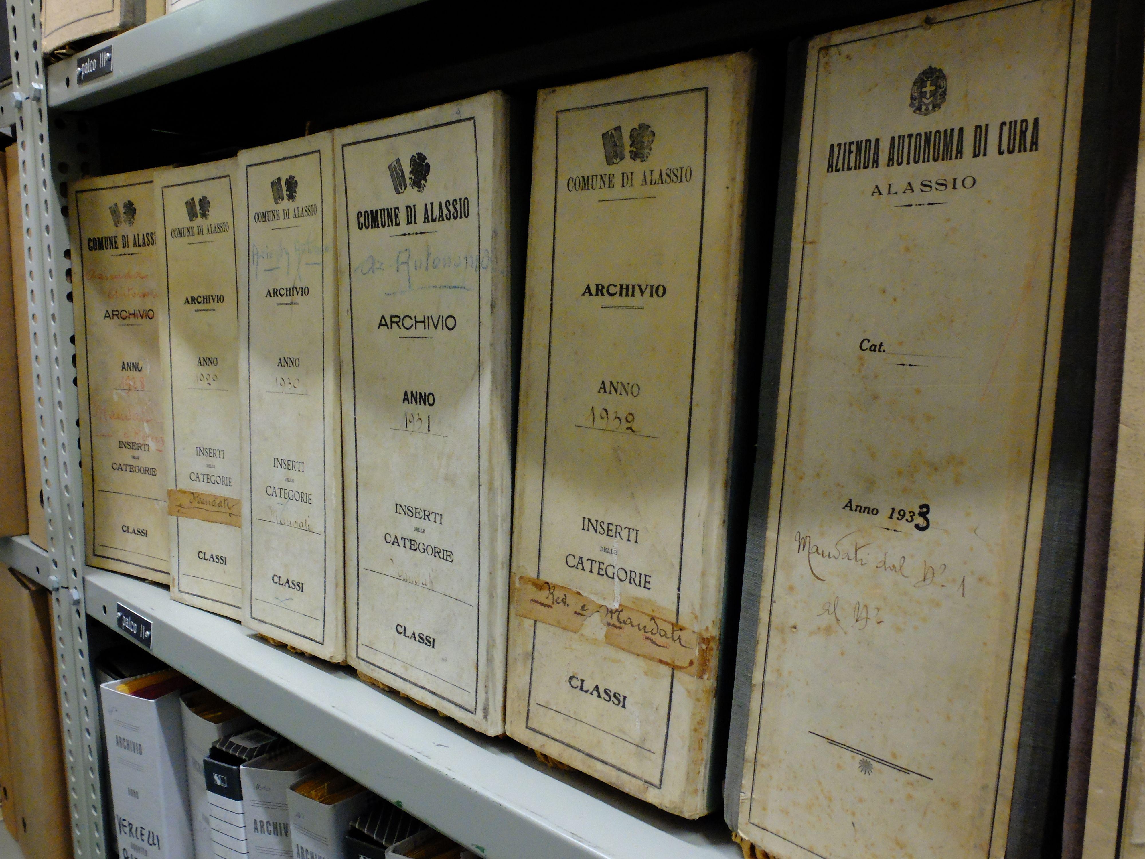 Archivio della Regione Liguria, Genova. Alcuni faldoni dell\'Azienda ...