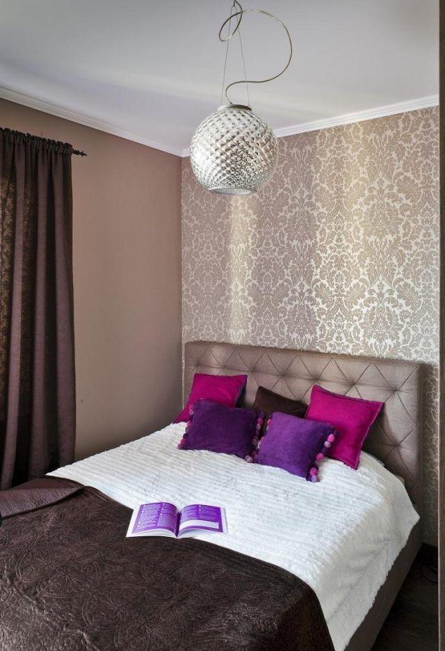 schlafzimmer ideen gestaltung farben beige braun tapete damask muster lila kissen  kleines
