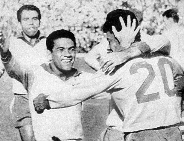 50 anos do bi mundial Mané Garrincha corre para abraçar Amarildo após gol durante jogo na Copa de 1962, no Chile.