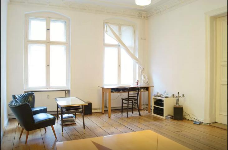 Gerumiges Und Minimalistisches Wohnzimmer In Berlin Mitte Mit Holzdielenboden Grossen Fenstern Wohnung