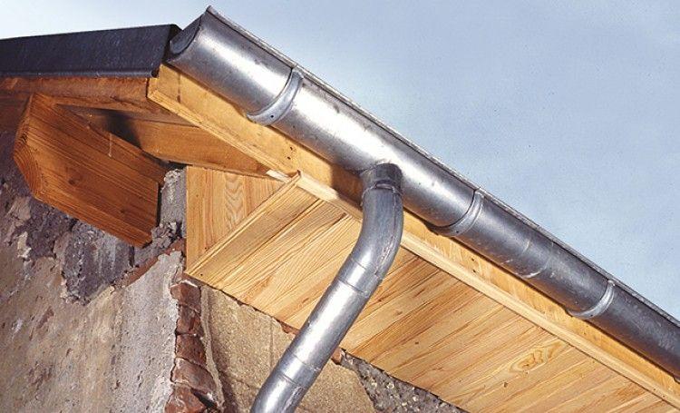 Habillage du débord d\u0027un toit avec des lattes de bois Toiture - Montage D Un Garage En Bois