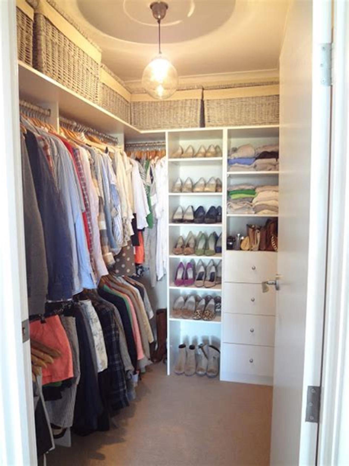 32 Fabulous Small Walk In Bedroom Closet Organization Ideas 56 In 2020 Bedroom Organization Closet Organizing Walk In Closet Closet Layout