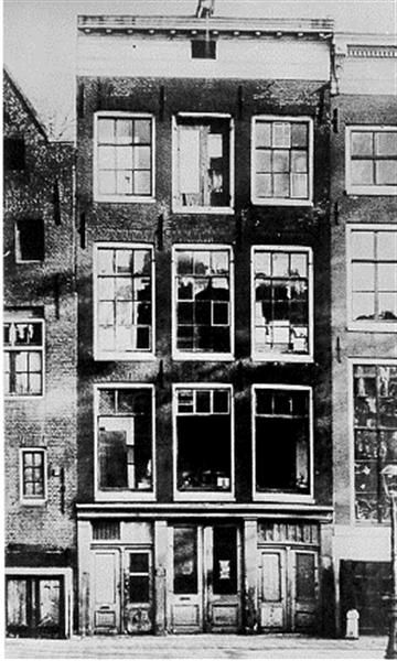 On August 1, 1944, Anne Frank makes the last entry in her diary.