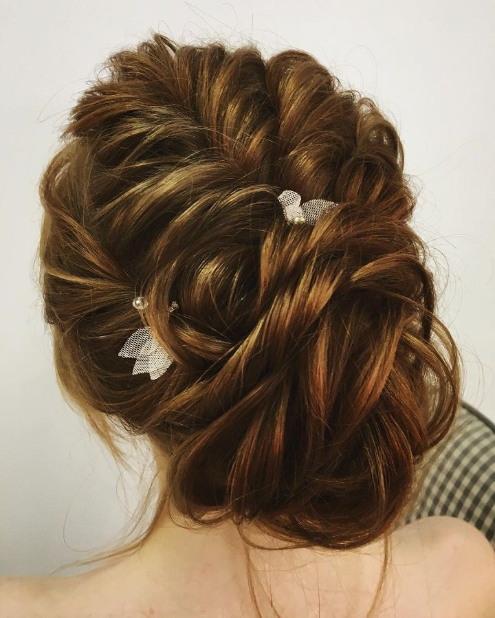 Chic bridal updo hairstyle #weddingupdo #hairstyles #bridalhairstyle #updos #messyupdo