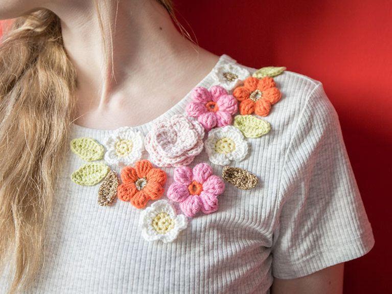 Diy Anleitung T Shirt Mit Gehäkelten Blumen Verzieren Via Dawanda
