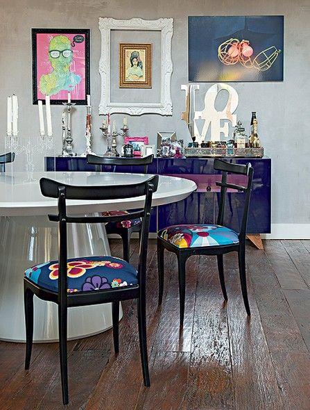 A sala de jantar segue o estilo da casa projetada pela arquiteta Andrea Murao: base neutra e móveis coloridos. As cadeiras receberam tecido florido da estilista Adriana Barra e o bufê desenhado pela profissional é roxo