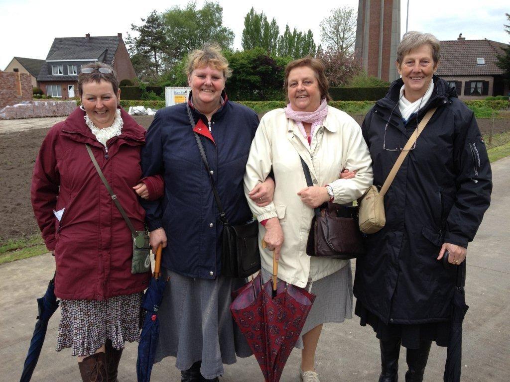 4 vleselijke zusters in de dienst