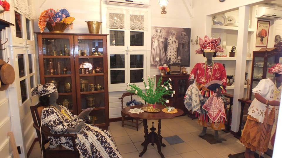 Het Koto Museum bevindt zich in de Prinsessestraat 43, Paramaribo, Suriname. Klik foto voor website Koto Museum.