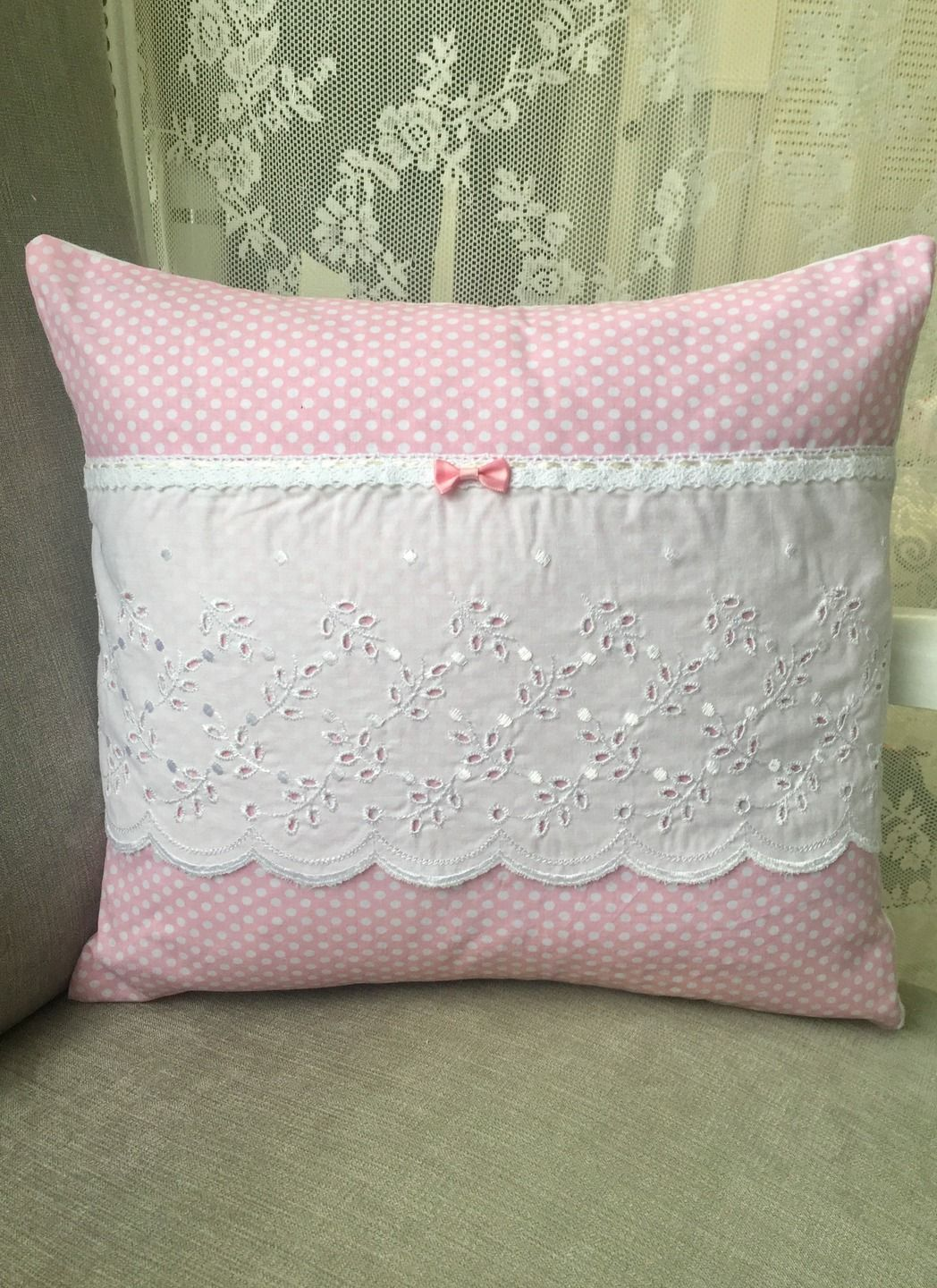coussin 40x40 coton pois roses blancs broderie anglaise dentelle noeud shabby chic textiles et. Black Bedroom Furniture Sets. Home Design Ideas