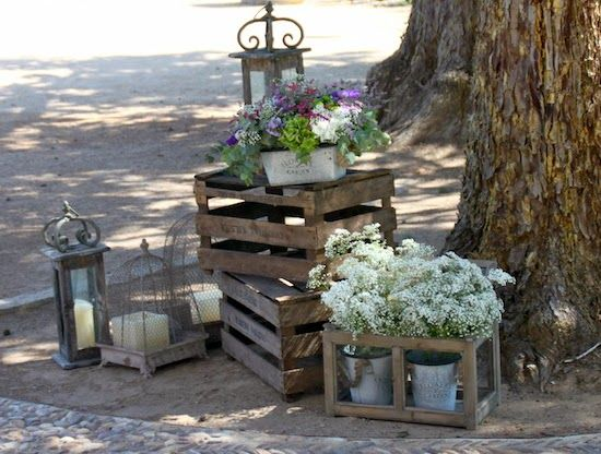Mas con cajas de fruta flores y velitas muy de moda for Escalera de madera al aire libre precio