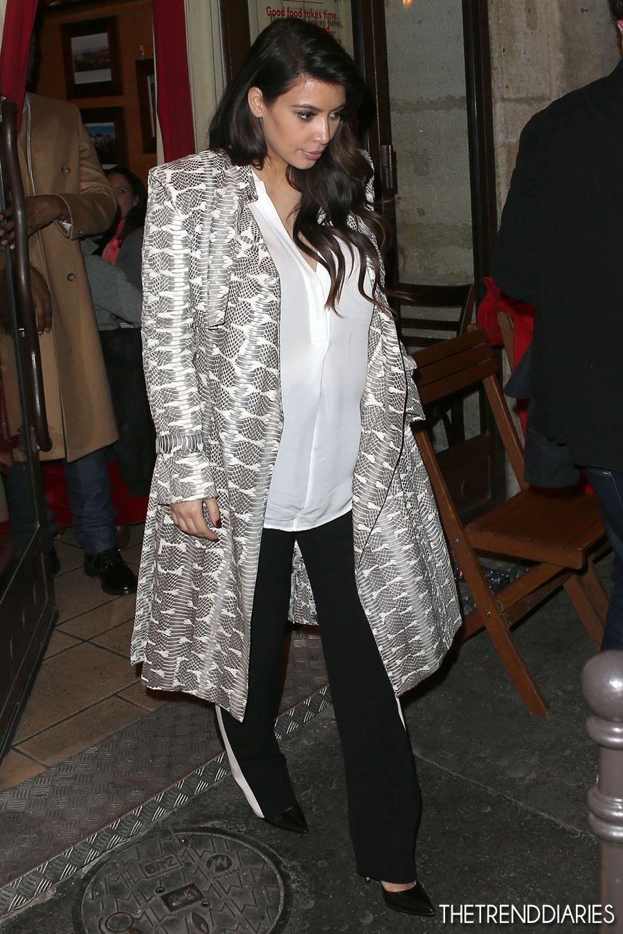 63155274d66 Kim Kardashian - White   Grey Print Trench Coat