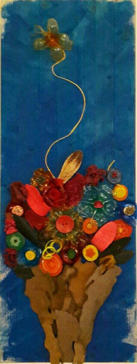 Tavola in legno decorata con fiori di plastica legno e corteccia