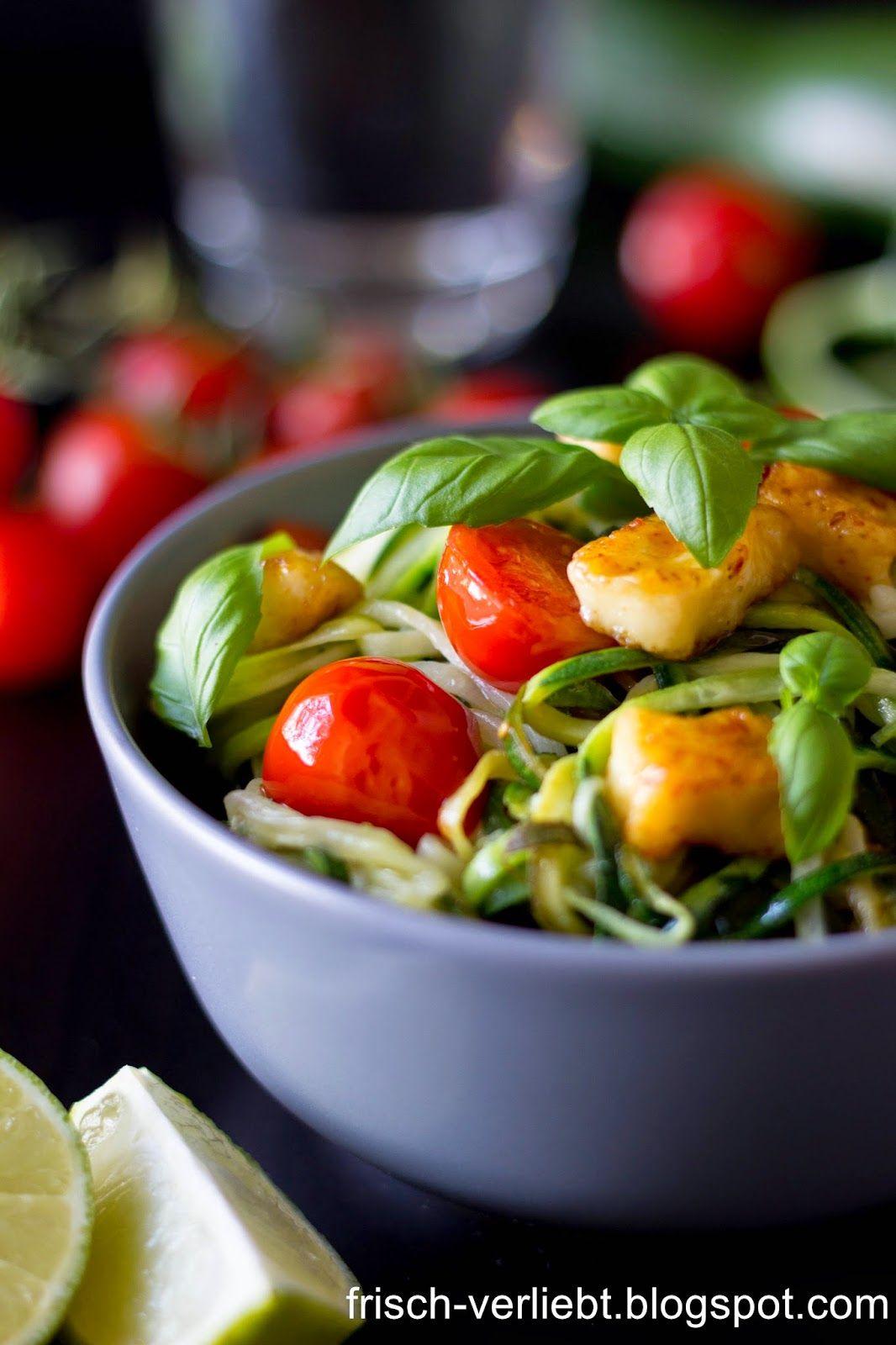 nudeln aus gem se zucchini spaghetti mit tomaten und halloumi by frisch verliebt. Black Bedroom Furniture Sets. Home Design Ideas