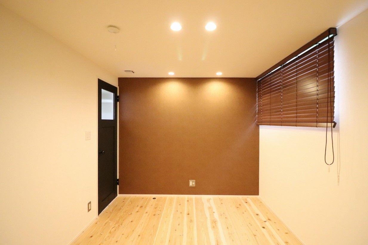 天井高を抑えた寝室で アクセントクロスでレザー調のものを選んでい