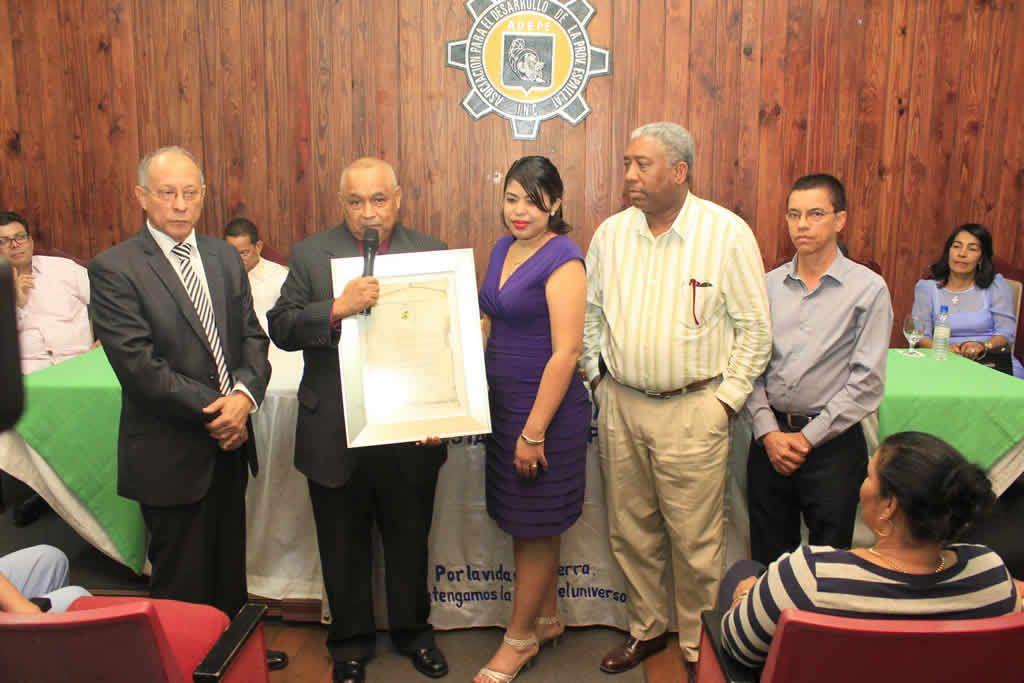 En el marco de su 30 aniversario de fundada,  la Unión Dominicana de Periodistas por la Paz,  Inc (UDPP) entregó el Premio Paz 2015 al destacado periodista Osvaldo Santana, director del periódico