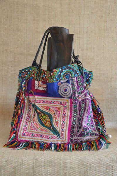 79a08d97b Espectacular bolso étnico muy grande de piel y flecos, hecho artesanalmente  por las tribus del Triángulo del Oro.