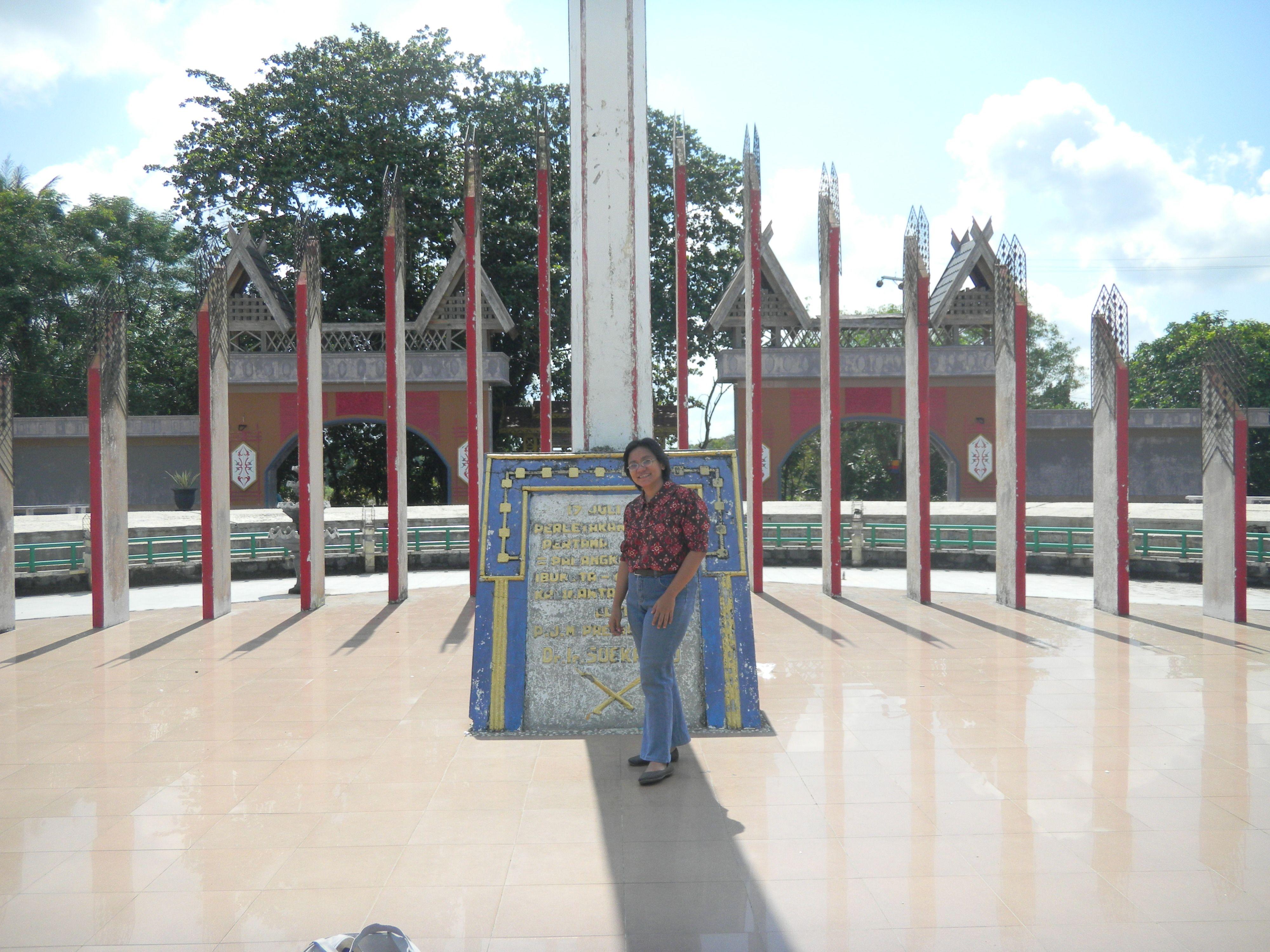 tugu sukarno palangkaraya my experiences borneo pinterest