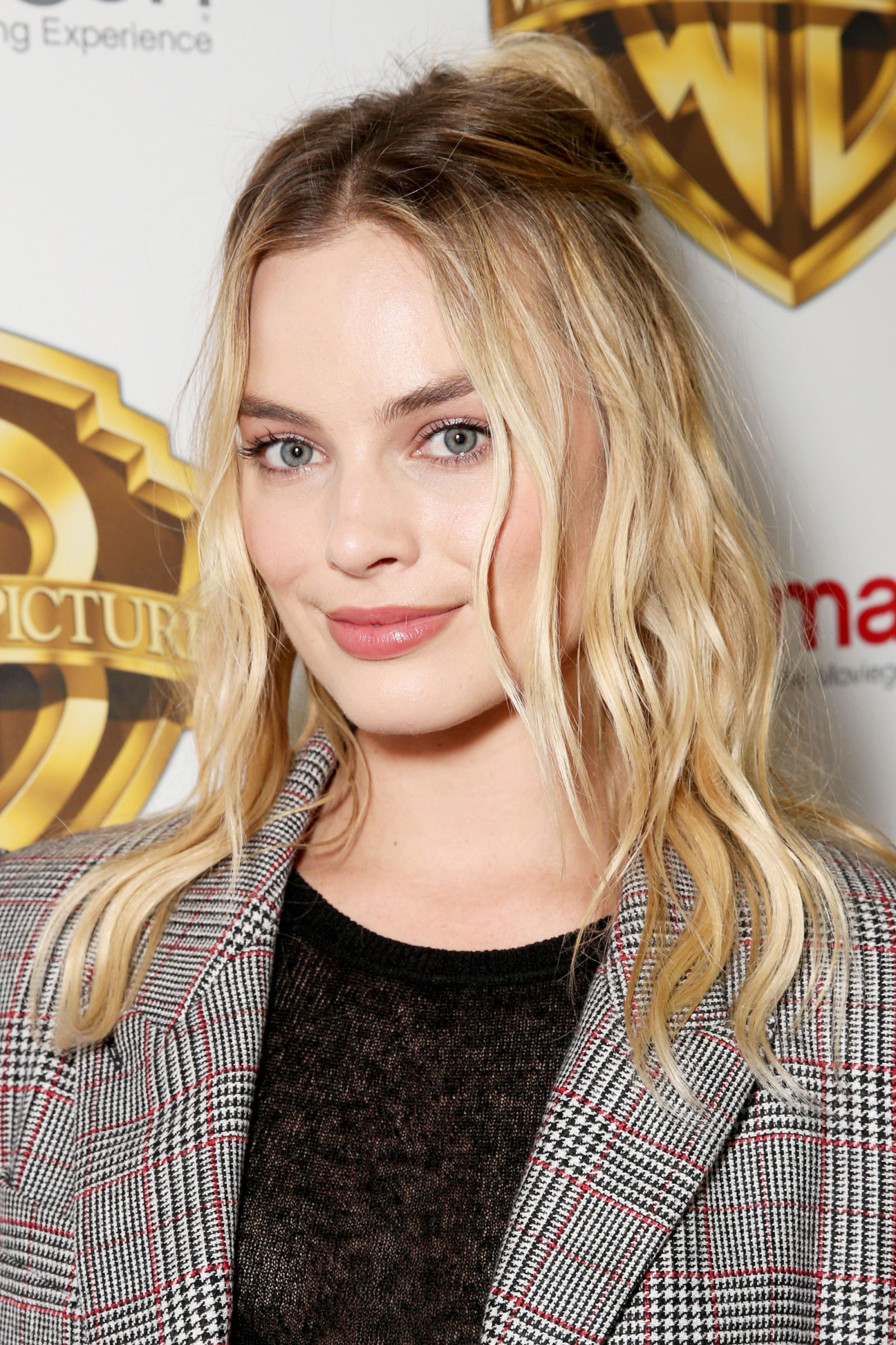 The Trick to Margot Robbie's Cool-Girl Half-Bun pictures