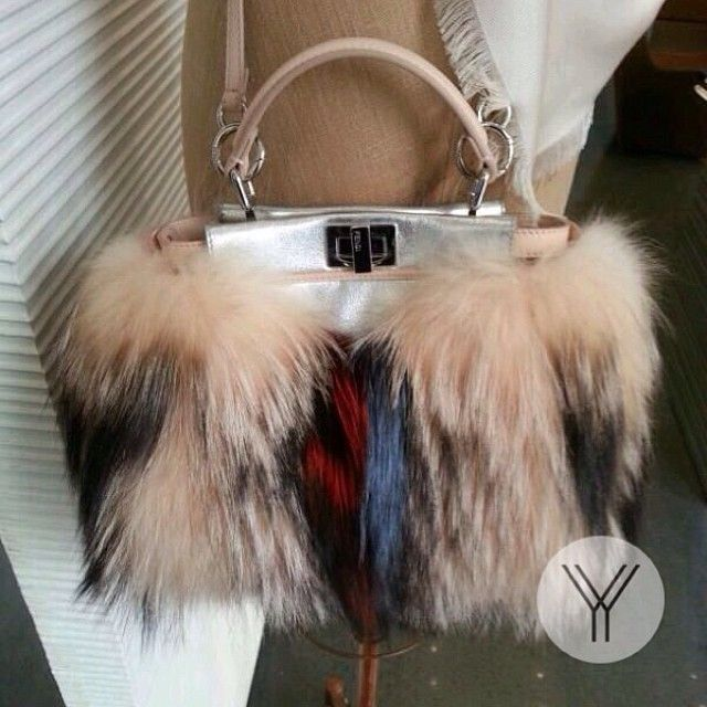 """Fendi Fox Fur Mini Peekaboo Handbag""的图片搜索结果"
