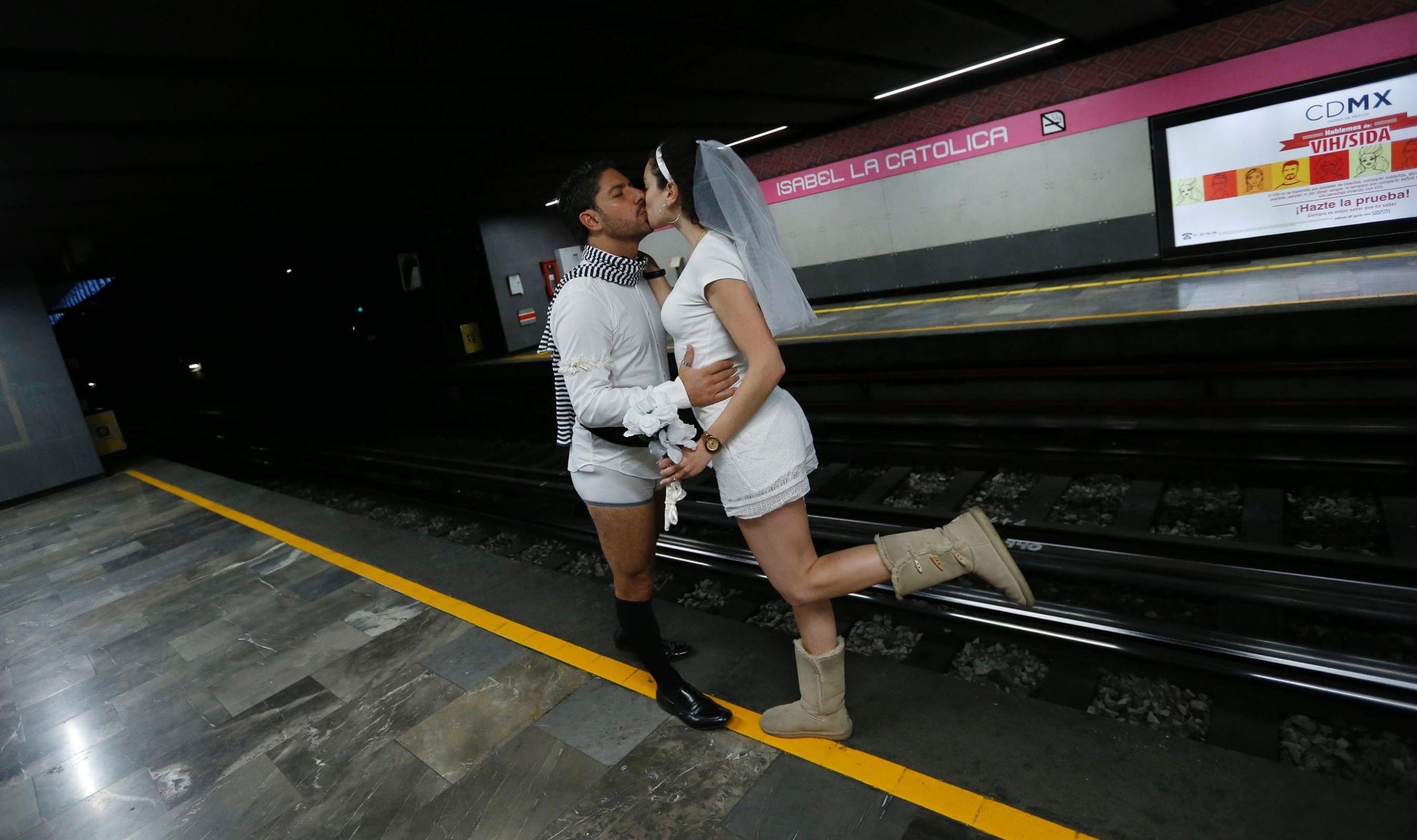 Ilman housuja metroon -tapahtuma villitsi ympäri maailmaa