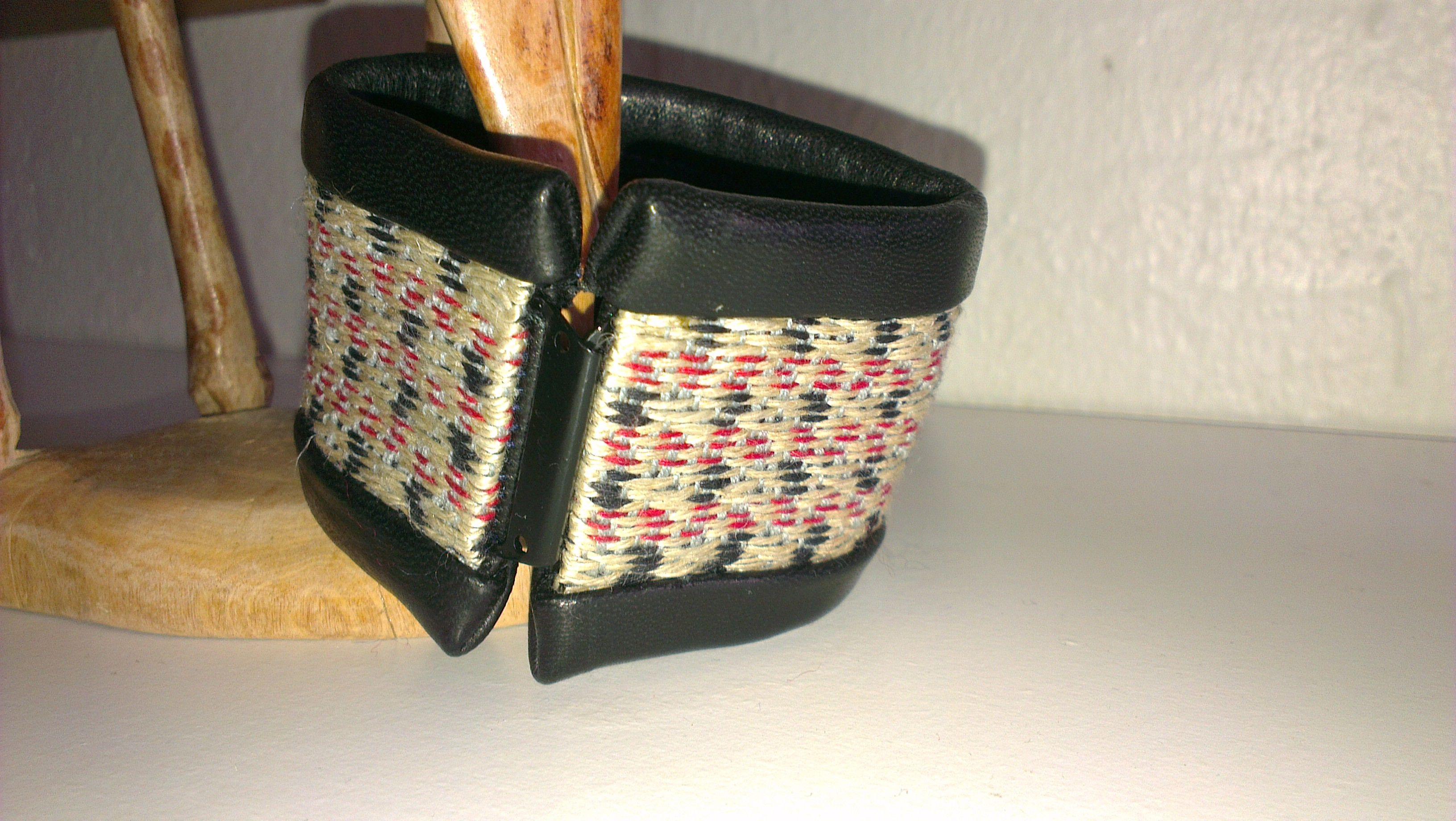 Armbånd vævet og syet med læder
