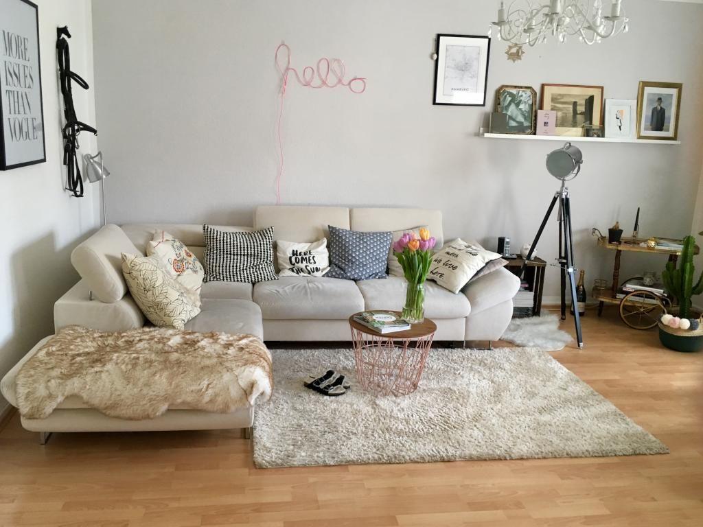 Liebevoll eingerichtetes #Wohnzimmer mit großer Sofa-Landschaft und ...