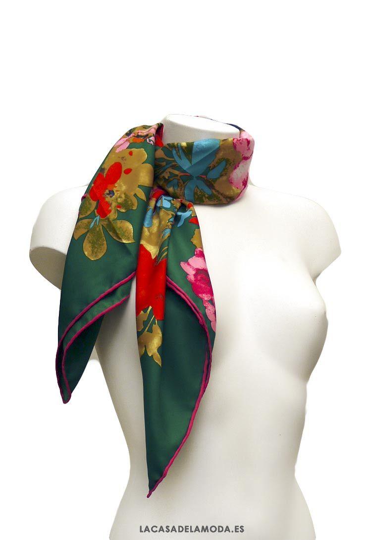 1cc3974a7 Pañuelo cuadrado estampado floral. Pañoleta cuadrada verde y rosa con flores.  Tamaño perfecto para