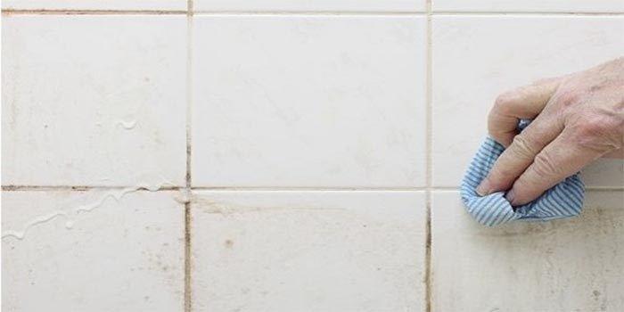 Vieze badkamertegels en voegen: • 1/2 kopje zuiveringszout (soda ...
