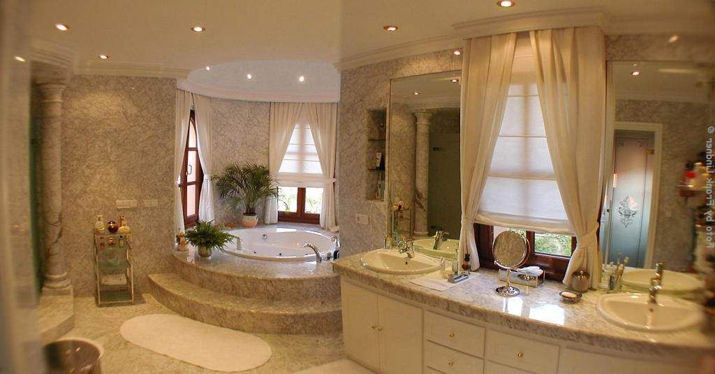 Luxury bathroom design for Interior decoration of small bathroom