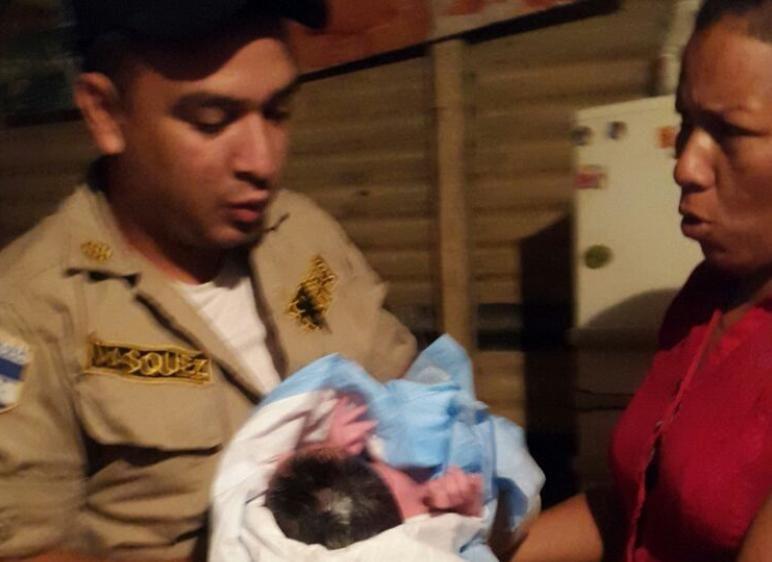 Bomberos ayudan a una madre a dar a luz en su casa - http://bit.ly/1OyvlVW