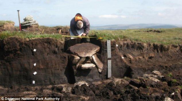 Genstandene blev trukket fra en forhistorisk ligbrænding gravkammer (billedet) i Devon og har tilladt forskerne at få en af de bedste glimt i livet i bronzealderen Sydengland