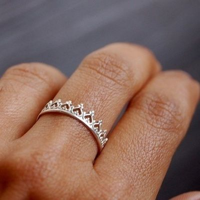 lindo modelo para ser candidato a alianza de matrimonio... es claramente una corona :)