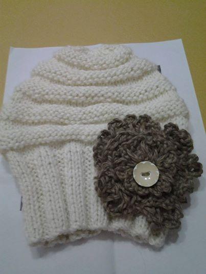 Gorro nena con flor en crochet.