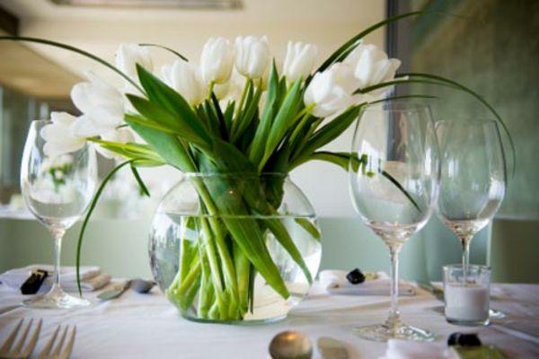 Weisse Blumen Am Tisch Als Dekoration Fur Hochzeit Tulpen Im Becher