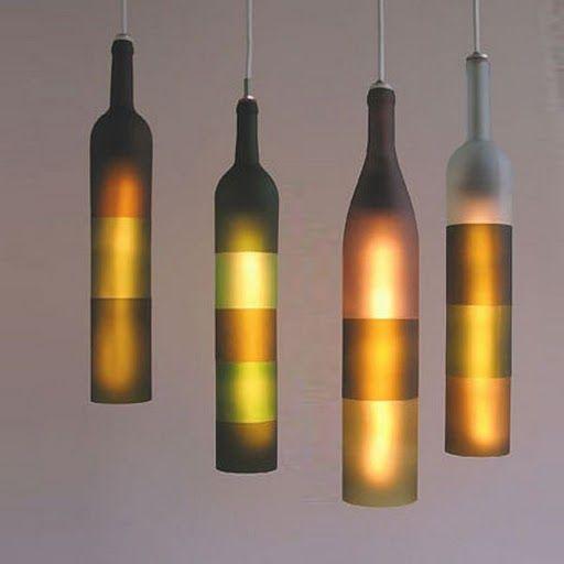 Grupo de lámparas realizadas a partir de botellas recicladas.