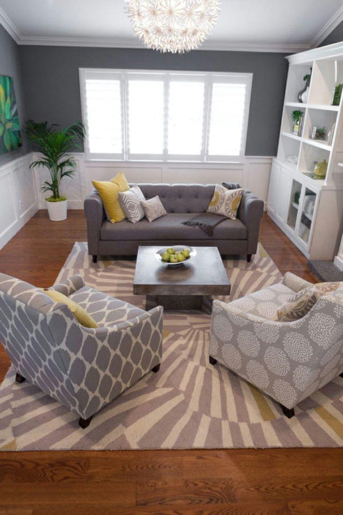 GroBartig Zwei Sessel Und Ein Sofa, Teppich Mit Ausgefallenen Mustern, Weiße Regale, Kleine  Wohnung