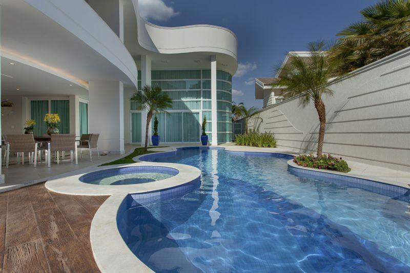 Casa contempor nea com linhas curvas veja detalhes da for Casas modernas redondas