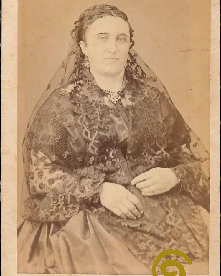 Fin de semana. Lo celebramos con esta fotografía de una mujer malagueña con mantilla, de mediados del siglo XIX. Fotógrafo Francisco Rojo e hijo. #indumentaria #anteayer #anteayerindumentaria