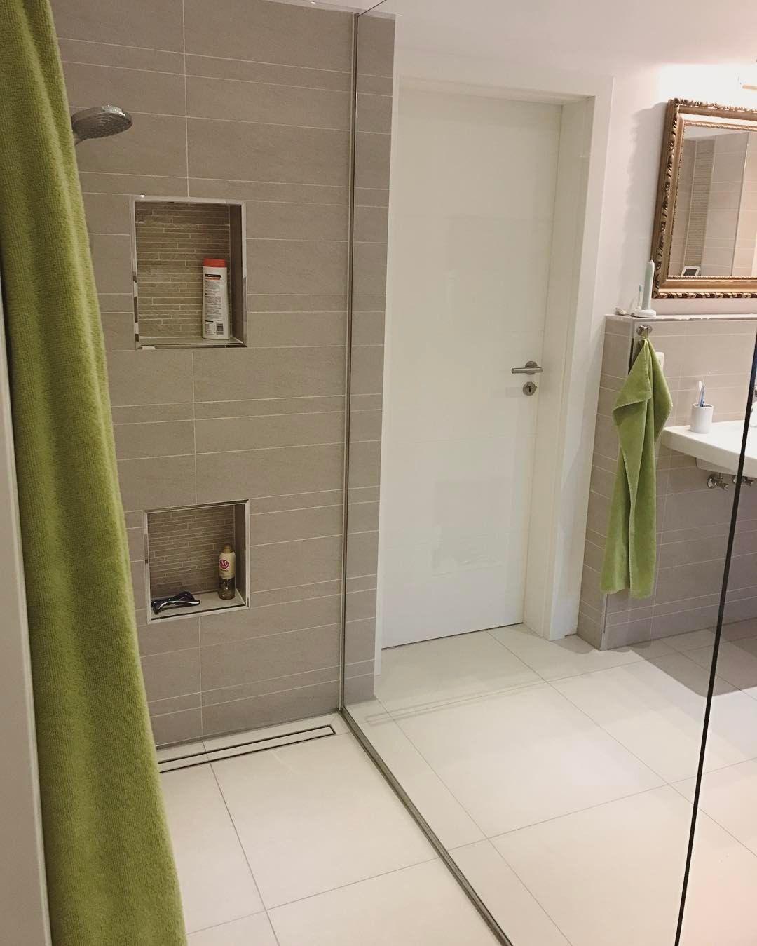 Abstellfläche in der Dusche, Fliesen  Dusche, Badezimmer, Wohnung